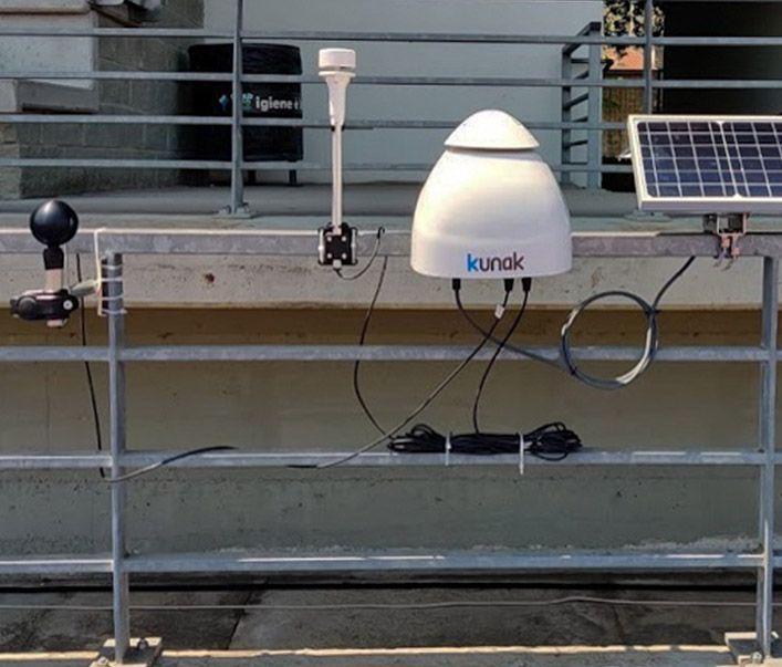 Sonda (izquierda) colocada junto a una estación de calidad del aire Kunak Air Pro