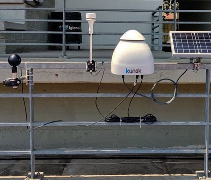 Probe (left) placed next to a Kunak Air Pro air quality monitoring station